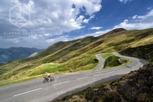 Col d'Aubisque in dramatischen Licht mit Rennrad Fahrer